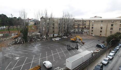 La demolició de l'edifici ha accelerat el ritme i ja ha desaparegut bona part de l'immoble.