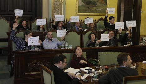 """Els grups que van recolzar la moció sobiranista van mostrar cartells de """"jo també vaig votar el 9-N""""."""