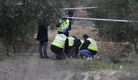 Investigadors dels Mossos d'Esquadra, dissabte passat al lloc del doble crim d'Aspa.
