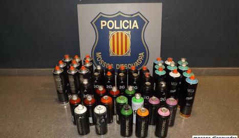 Els pots d'esprai requisats pels Mossos i la Policia Local.