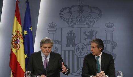 El portaveu del Govern, Íñigo Méndez de Vigo (esq.), i el ministre de Foment, Íñigo de la Serna.