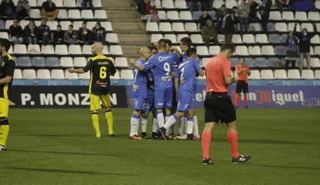 Un moment del partit entre el Lleida Esportiu i el Prat.