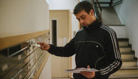 joan. El Joan, porter d'una comunitat a Fleming, repartint el correu a mig matí, una de les seves tasques.