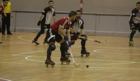 David Ballestero controla la bola davant la pressió de Xavier Aldrich, jugador del Palafrugell.