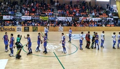 Los jugadores se saludan al final del encuentro