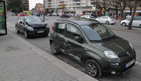 Els dos cotxes accidentats ahir a l'avinguda Madrid de Lleida.