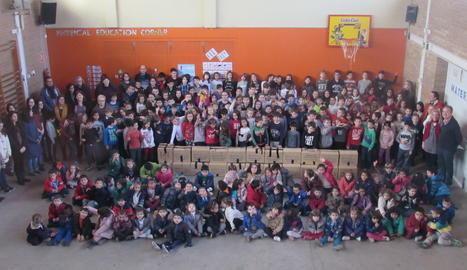 Els alumnes de l'Escola Enric Farreny amb els productes per al Banc dels Aliments.