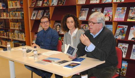 Robert Fàbregas, Sandra Pedreira i Francesc Mestres, a la biblioteca de Mollerussa.
