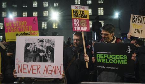 Diverses persones sostenen pancartes durant una manifestació a Londres.