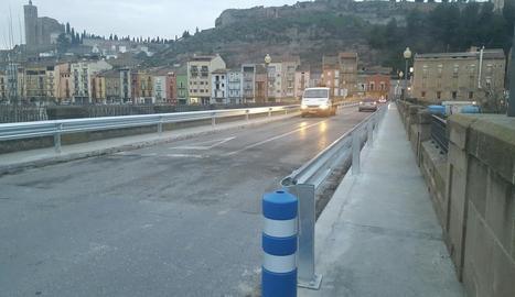 Carreteres instal·la les noves barreres al Pont Vell de Balaguer