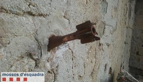 La granada de morter encastada a la paret.