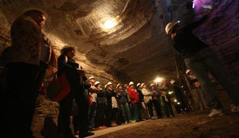 Una visita guiada al Museu de la Mina, una galeria d'un quilòmetre al peu del castell de Mequinensa.