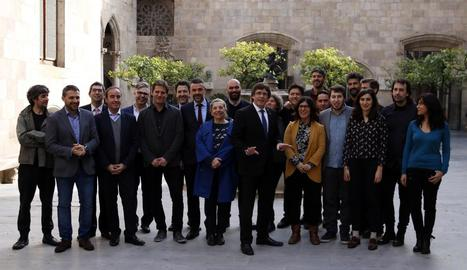 Puigdemont i el conseller de Cultura, Santi Vila, amb una representació dels guanyadors dels Gaudí.