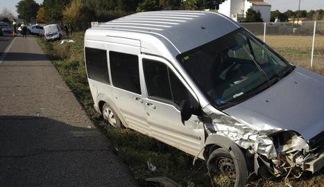 Tres vehicles van xocar a la sortida de Lleida cap a Alpicat.