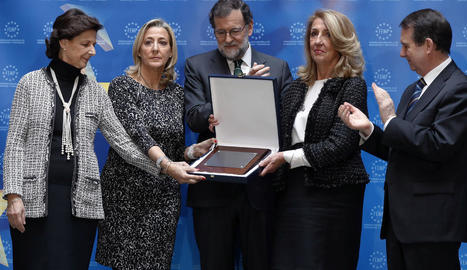 Rajoy i les germanes de Rita Barberá, amb el títol pòstum.