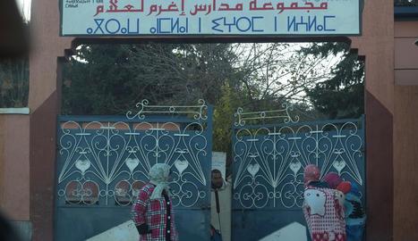 Una escola amb doble retolació: en àrab i en amazic