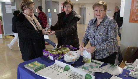 Una taula de l'associació contra el càncer a l'hospital Arnau de Vilanova de Lleida.