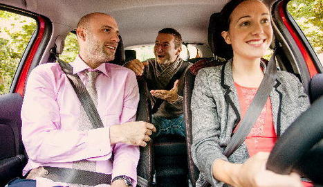 Tres passatgers compartint un vehicle.