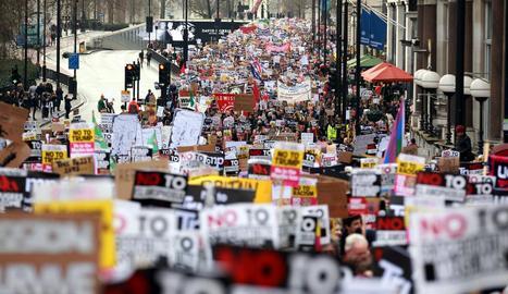 Milers de persones es van manifestar ahir a Londres contra la invitació del Govern britànic a Donald Trump.