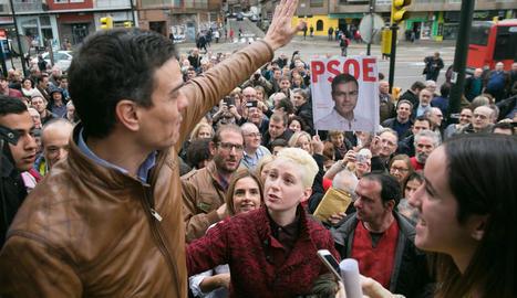 Sánchez saluda simpatitzants del PSOE, ahir a Saragossa.