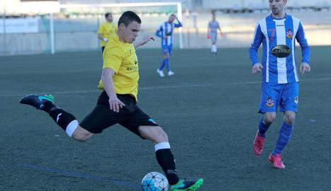 Dos jugadors del Lleida Esportiu B en pressionen un del Vilanova, que cedeix la pilota de cap.
