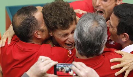 Pablo Carreño celebra amb la resta de l'equip el seu triomf davant de Mektic que va donar el pas.
