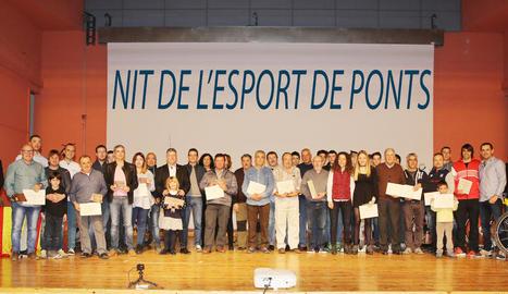 Tots els premiats, organitzadors i autoritats van posar amb els diplomes i trofeus al final de la gala.