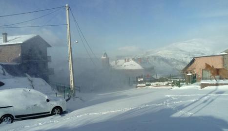 El vent va aixecar la neu a Vilamur provocant l'efecte d'un torb que dificultava la circulació.