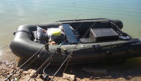 La fura utilitzada pel caçador denunciat a Cubells, i a la dreta, l'embarcació d'un dels pescadors multats a Santa Anna.