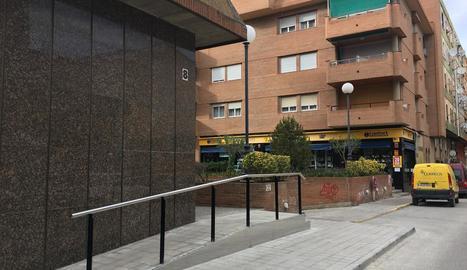 El pas elevat per suprimir barreres a la plaça del Pilar.