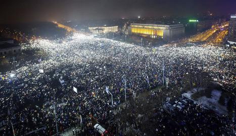 Protesta massiva a la plaça Victoriei davant de la seu del Govern a Bucarest.