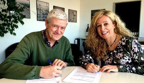 Xavier Farreny, de Codorniu, i Eva Horcajada van firmar ahir.