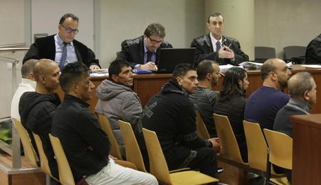 Els nou acusats al banc de l'Audiència de Lleida.