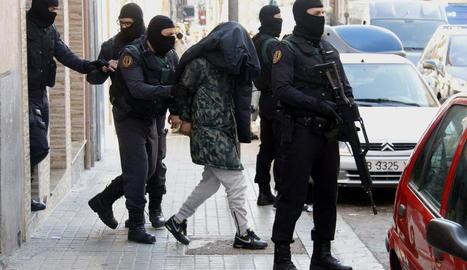 La Guàrdia Civil s'emporta un dels acusats.