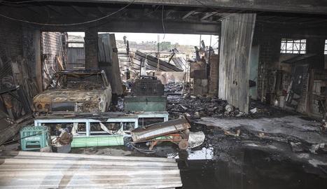 Un incendi arrasa un magatzem al carrer Jesús de Cervera