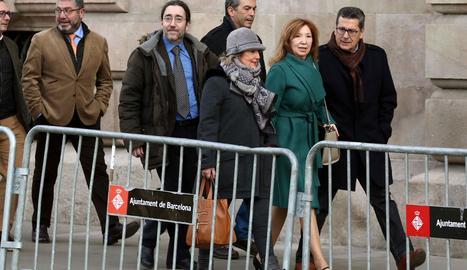 Dolores Agenjo va arribar al Palau de Justícia acompanyada del líder de C's a l'Hospitalet.