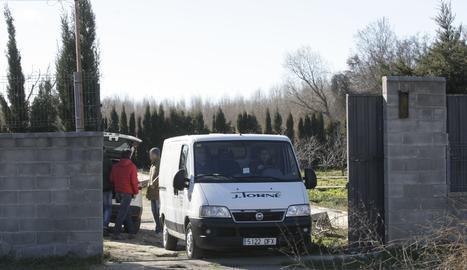 La furgoneta de la funerària surt de la finca on s'ha produït l'accident.