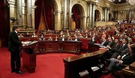 Un moment de la intervenció del president Puigdemont aquest dimecres al Parlament.