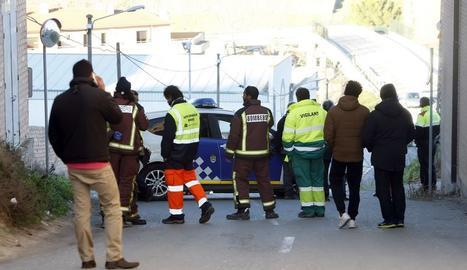 Serveis d'emergència al lloc on un cotxe ha atropellat mortalment un nen de 3 anys.