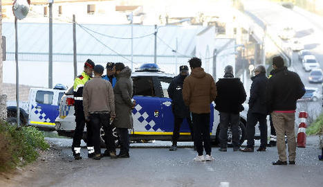 Un agent dels Mossos i un altre de la Policia Local, amb els familiars del nen al lloc de l'accident.