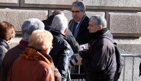 L'exconseller Homs es va trobar amb una protesta de pensionistes quan arribava al Superior de Justícia.