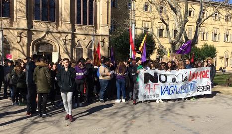 La concentració inicial davant del rectorat de la UdL.