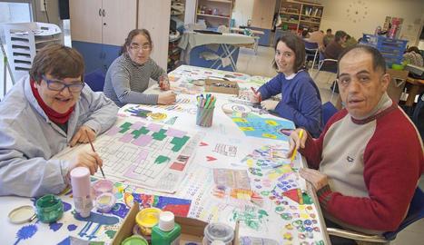 Integrants del projecte ARTIS de l'Associació Alba, ahir, durant l'activitat.