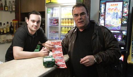 Justo Ojeda, ahir, amb l'amo del bar El Temple on es van vendre cinc cupons premiats.