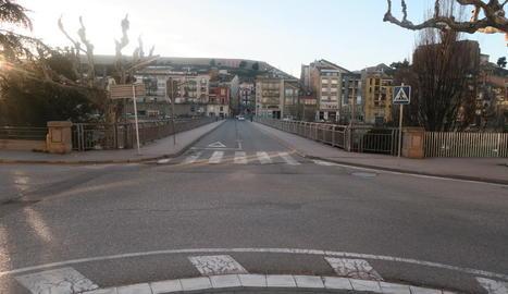 Vista del pont Nou de Balaguer, que dóna accés a la plaça Mercadal.