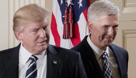 Imatge de Donald Trump al costat de Neil Gorsuch.