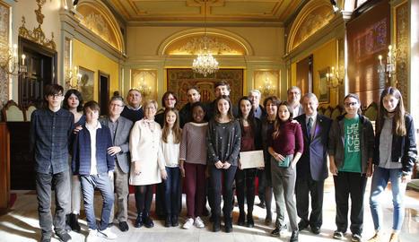 Guanyadors i finalistes del concurs, ahir, amb membres del jurat i regidors de la Paeria.
