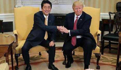 El primer ministre japonès, Shinzo Abe, i el president dels EUA, Donald Trump, al despatx Oval.