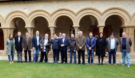 Membres de l'ACM al claustre del monestir de les Avellanes.