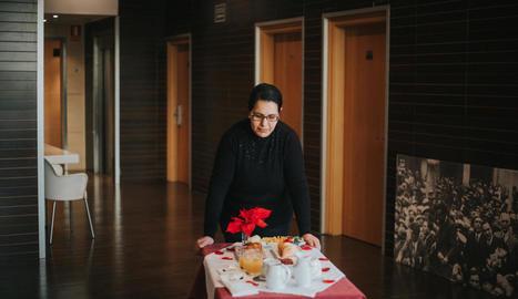 detalls. El Pepo, responsable de l'hotel i 'spa' Nastasi, donant instruccions sobre una de les suites.